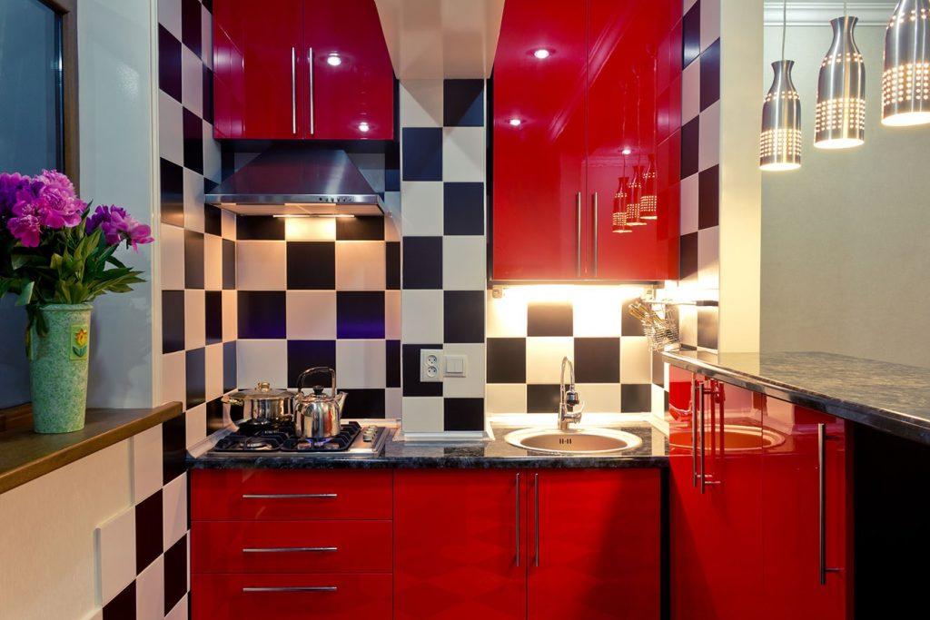 cozinha pequena vermelha com bancada